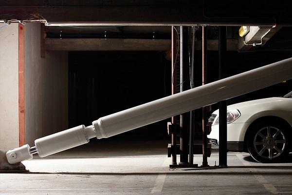 تصویری از مهاربند مجهز به میراگر ویسکوز مایع (دمپر ویسکوز) که به صورت آشکار اجرا شده است.