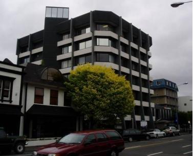 ساختمان 7 طبقه بتنی که پس از زلزله کرایست چرچ به نظر سالم می رسد