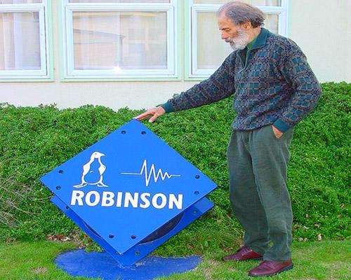دکتر بیل رابینسون مخترع جداساز سربی لاستیکی و بنیان گذار شرکت رابینسون سایزمیک