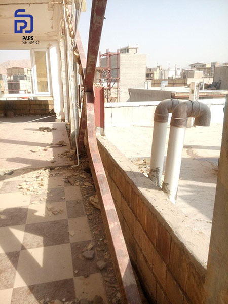 نمونه ای از مهاربند فولادی که در زلزله کرمانشاه دچار کمانش شده است.
