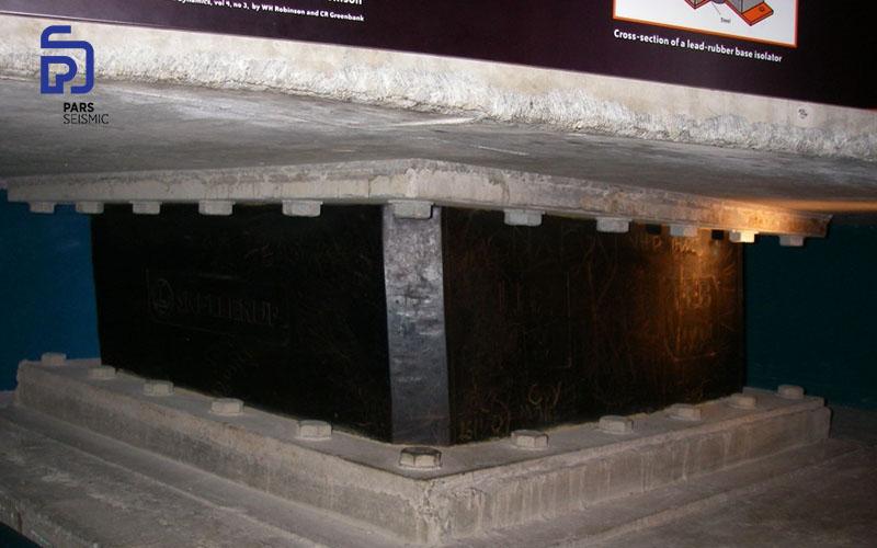 جداساز سربی لاستیکی (LRB) در موزه ته پاپا که در معرض نمایش درآمده است