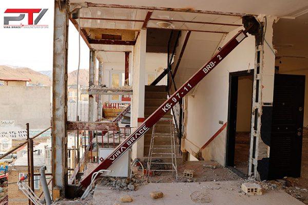 تصویری از مقاوم سازی ساختمان مسکونی (1) با مهاربند کمانش ناپذیر تولید شرکت پویا تدبیر ویرا (ویرا بریس). این ساختمان در شهرستان سرپل ذهاب واقع است.