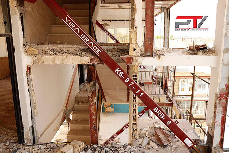 تصویری از مقاوم سازی ساختمان مسکونی (3) با مهاربند کمانش ناپذیر (BRB) تولید شرکت پویا تدبیر ویرا (ویرا بریس). این ساختمان در شهرستان سرپل ذهاب واقع است.