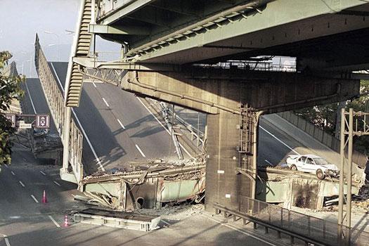 حسارات فراوانی در زلزله کوبه به پل های شهری وارد شد