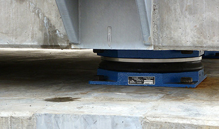 یک ترانسفورمر جداسازی لرزه ای شده با جداساز اصطکاکی پاندولی